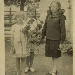 Сестры Романчук (Софья, Клавдия, Нина) Справа от колокольни костела, на заднем фоне площадь п. Россь