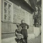 Россь Сестры Янина и Софья возле своего дома №25 ул. Парковая, 1930-е годы