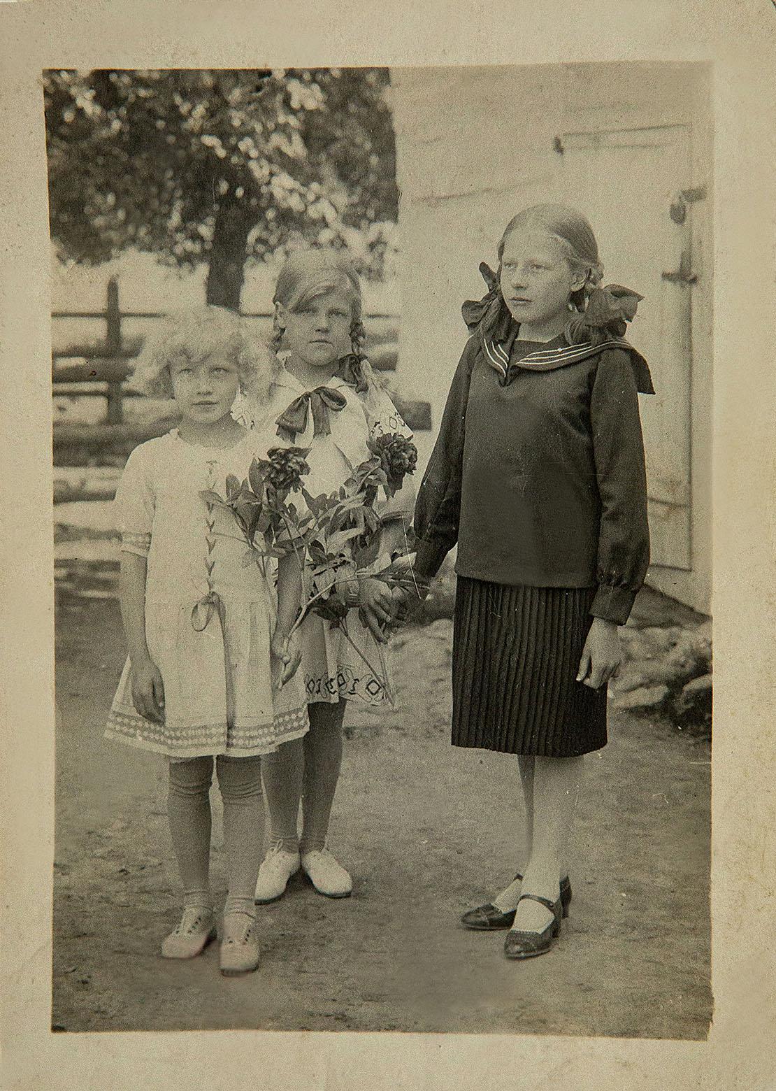 Три сестры. Софья, Клавдия, Нина Романчук (слева-направо). Возле колокольни костела м. Россь